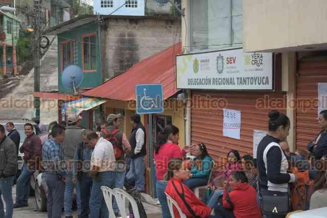 Toman Delegación de SEV en Tantoyuca; exigen reinstalación de docentes - alcalorpolitico