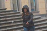 Xalapa, Ver., 26 de febrero de 2015.- Despu�s de varios d�as con un clima soleado, xalape�os nuevamente tuvieron que sacar chamarras, su�teres y paraguas por los efectos del frente fr�o 37 que trae nieblas y lloviznas.