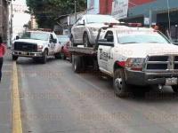 Xalapa, Ver., 26 de febrero de 2015.- Gr�as se llevan autos estacionados en lugares prohibidos, principalmente en calles del Centro, sin embargo causan caos vial al enganchar los veh�culos y obstruir los carriles de circulaci�n.