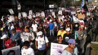 M�xico, DF., 26 de febrero de 2015.- Padres de los 43 normalistas de Ayotzinapa encabezaron marcha del �ngel de la Independencia a la residencia presidencial de Los Pinos para exigir justicia y la presentaci�n con vida de sus hijos.