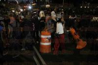 M�xico, DF., 26 de febrero de 2015.- Cerca de 500 polic�as capitalinos encapsularon a cerca de 40 encapuchados cuando intentaban entrar al metro Sevilla, los obligaron a descubrirse el rostro y tras una revisi�n los liberaron, deteniendo s�lo a unos 3 j�venes que gritaban que eran estudiantes.