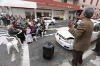 Veracruz, Ver., 27 de febrero de 2015.- Profesores jubilados de la Secci�n 56 del SNTE protestan de manera singular en la avenida Independencia para exigir su pago de pensi�n por lo cual permanecer�n en la vialidad hasta que se les haya pagado.