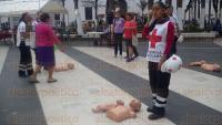 Veracruz, Ver., 28 de febrero de 2015.- Como parte de los festejos del 105 aniversario de la Cruz Roja, personal de la Benem�rita instituci�n celebr� una exposici�n y brind� talleres de primeros auxilios en el Z�calo de la ciudad.
