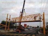 Emiliano Zapata, Ver., 28 de febrero de 2015.- Este s�bado por la ma�ana la Secretar�a de Comunicaciones y Transportes (SCT) inici� la colocaci�n del puente peatonal que se encuentran en la carretera Xalapa-Veracruz en el tramo: Xalapa- Tamarindo, en el kil�metro 12.