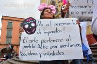Xalapa, Ver., 1 de enero de 2015. Artistas en Libertad se manifestaron realizando una marcha en contra del impuesto de publicidad art�stica que impuso el Ayuntamiento, ya que afectar� la producci�n de obras y espect�culos culturales en la capital.
