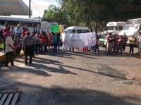 Xalapa, Ver., 2 de marzo de 2015.- El bloqueo de padres de familia en la avenida Ruiz Cortines esquina avenida Xalapa, frente a SEFIPLAN gener� gran caos vial hasta la Comercial Mexicana.