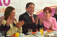 Xalapa, Ver., 2 de marzo de 2015.- El diputado federal del PRI, Alejandro Montano, en reuni�n con integrantes de la asociaci�n civil,