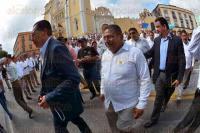Xalapa, Ver., 2 de marzo de 2015.- Integrantes del SDTEV marcharon por la avenida �vila Camacho para llegar a Plaza Lerdo en donde se manifiestan para exigir la toma de nota a favor de Rafael Sosol como secretario general.