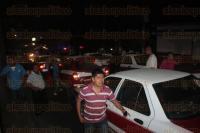 C�rdoba, Ver., 3 de marzo de 2015.- Durante la madrugada de este martes taxistas bloquearon el bulevar C�rdoba-Pe�uela, para exigir la aparici�n de uno de sus compa�eros, quien minutos despu�s fue liberado con algunos golpes en su cuerpo.