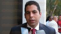 Veracruz, Ver., 3 de marzo de 2015.- A escasos minutos de que sea relevado en el Instituto Veracruzano del Deporte, Rafael Cuenca Reyes es despedido por los trabajadores de esta oficina.