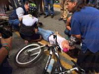 Xalapa, Ver., 3 de marzo de 2015.- Este martes un motociclista atropell� a una joven que caminaba sobre la calle Enr�quez, afuera del Palacio Municipal; 25 minutos despu�s del accidente fue auxiliada por elementos de Protecci�n Civil y traslada al Hospital Civil de esta ciudad.
