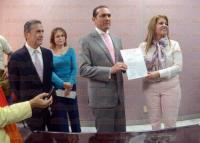 Xalapa, Ver., 3 de marzo de 2015.- La diputada presidenta de la Mesa Directiva, Octavia Ortega Arteaga, recibi� del fiscal Luis �ngel Bravo Contreras la solicitud.