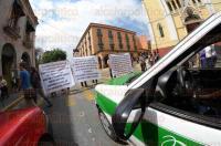 Xalapa, Ver., 3 de marzo de 2015.- Dirigidos por Marco Tulio Colonna Sosa, manifestantes bloquearon la vialidad en la calle Enr�quez por unos minutos, para exigir soluci�n al conflicto laboral en Tlapacoyan; afirman que hay un adeudo de mil millones de pesos a exempleados municipales por concepto de laudos.