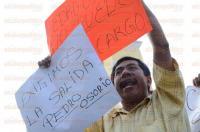 Xalapa, Ver., 3 de marzo de 2015.- Integrantes de la Uni�n Veracruzana de Pueblos Olvidados (UVERPO) se manifestaron esta tarde exigiendo la destituci�n de Pedro Osorio Llanos, subdirector de Tr�nsito del Estado, pues no se han entregado las concesiones prometidas a los taxistas de Papantla.