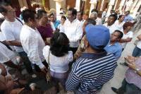 Veracruz, Ver., 4 de marzo de 2015.- Integrantes del Frente de Comerciantes Unidos, se manifestaron afuera del edificio de Trigueros de la zona centro, exigiendo espacios de trabajo para Semana Santa.