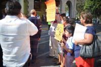 Xalapa, Ver., 4 de marzo de 2015.- Un grupo de viudas de polic�as ca�dos en el deber bloque� la vialidad en la calle Enr�quez para exigir al Gobierno del Estado el pago de pensiones.