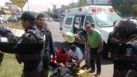 Xalapa, Ver., 5 de marzo de 2015.- Tras ser arrollado por un auto particular, el motopatrullero de la SSP fue trasladado al IMSS debido a las lesiones que presentaba.