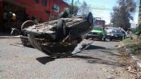 Xalapa, Ver., 5 de marzo de 2015.- El exceso de velocidad y la falta de pericia origin� la volcadura de un auto Honda sobre la avenida Ruiz Cortines, a la altura de la calle Acueducto, tras chocar con un �rbol.