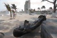 Veracruz, Ver., 5 de marzo de 2015.- Las fuertes rachas de viento provocaron un desprendimiento y ca�da de la base donde se encontraba ubicada la Monumental estatua al magisterio veracruzano, sobre el bulevar Manuel �vila Camacho.