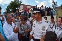 Xalapa, Ver., 5 de marzo de 2015.- Previo a la presentaci�n del nuevo titular de Tr�nsito del Estado, el secretario de Seguridad P�blica, Arturo Berm�dez, sali� a saludar a la gente que se encontraba afuera de Tr�nsito y aprovecharon para tomarse