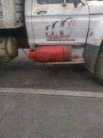 Paso del Macho, Ver., 6 de marzo de 2015.- En la imagen se observa la carga de gas de un cilindro al tanque de los camiones de este Ayuntamiento; ponen en peligro a los ciudadanos.