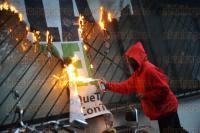 Xalapa, Ver., 26 de marzo de 2015.- Al cumplirse 6 meses de la desaparici�n de los 43 normalistas de Ayotzinapa, un grupo de j�venes encapuchados protest� pintando muros con consignas de inconformidad, prendieron fuego a cortinas y destrozaron macetas en las inmediaciones del PRI estatal.