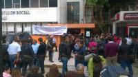 Xalapa, Ver., 27 de marzo de 2015.- Integrantes del Sindicato Alternativo por la Defensa de los Trabajadores del Poder Ejecutivo del estado de Veracruz se manifiestan afuera de la Secretar�a del Trabajo.