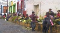 Xalapa, Ver., 27 de mayo de 2015.- Comerciantes y artesanos ubicados afuera de la plaza San Jos� ya elaboran ramos de palma, prepar�ndose para iniciar la Semana Santa este domingo.