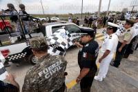 Veracruz, Ver., 27 de marzo de 2015.- La Polic�a Federal al mando del comisario Jorge Bravo Flores, autoridades navales y del Ej�rcito, dieron el banderazo de salida de las unidades que participar�n en el Operativo Semana Santa 2015.