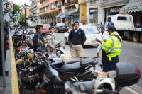 Xalapa, Ver., 27 de marzo de 2015.- Conductor de una motocicleta trabajador de banco Azteca se pas� un alto en Enr�quez, esquina Carrillo Puerto, por lo que elementos de Tr�nsito arribaron al lugar para levantar la infracci�n y presuntamente detener la unidad.