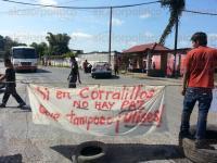 Coatzintla, Ver., 29 de marzo de 2015.- Cerrado el paso en la carretera Coatzintla-Poza Rica.