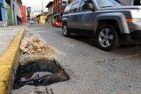 Xalapa, Ver., 29 de Marzo de 2015.- En la calle �rsulo Galv�n con direcci�n a Los Sauces, se observa un hueco en el concreto debido a una reparaci�n en una tuber�a inundada. Esto pone en riesgo a autom�viles y alg�n peat�n que pasen por el lugar.