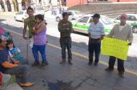 Xalapa, Ver., 30 de marzo de 2015.- Vecinos de la localidad de Tejocotal, perteneciente a San Andr�s Tlalnelhuayocan se manifestaron en los bajos de Palacio de Gobierno para exigir la conclusi�n de un tramo carretero que conecte esa comunidad con Perote.
