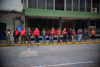 Xalapa Ver., 30 de marzo de 2015.- Trabajadores del servicio p�blico en la modalidad de taxis de la central �Ecotaxi� provenientes de Orizaba, se manifestaron en la parte trasera de Palacio de Gobierno exigiendo la entrega de concesiones, estos son encabezados por V�ctor Hugo D�ctor Moreno