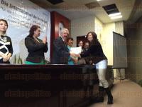 Xalapa, Ver., 31 de marzo de 2015.- Ram�n Ferrari Pardi�o entreg� reconocimientos a empleadas con antig�edad en la SEDARPA por los festejos del D�a internacional de la mujer.