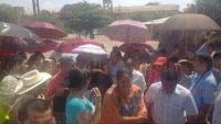 Medell�n de Bravo, Ver., 31 de marzo de 2015.- Habitantes se manifestaron en el Palacio Municipal de esta ciudad, para pedir que no se vaya la alcaldesa interina,  Betsab� Sol�s Neri, que debe dejar el cargo el 10 de abril para dar paso al suplente, Luis Gerardo P�rez.