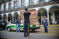 Xalapa Ver., 31 de marzo de 2015.- Un joven se manifest� con una pancarta frente a Palacio Municipal para demandar que el alcalde Am�rico Z��iga no ha cumplido sus promesas para entregar diversos apoyos a la colonia 24 de abril.