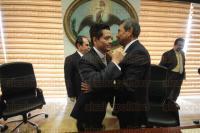 Xalapa, Ver., 31 de marzo de 2015.- Al finalizar la sesi�n de la Judicatura, el magistrado presidente, Alberto Sosa, le dio p�blicamente la bienvenida al consejero Mauricio Duck.