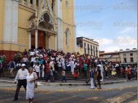 Xalapa, Ver., 1 de abril de 2015.- Al terminar la Misa Crismal, elementos de Tr�nsito cerraron la vialidad en el centro de la ciudad debido la gran cantidad de feligreses que acudieron a bendecir los �leos.