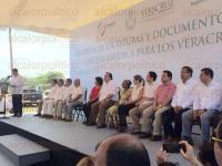 Veracruz, Ver., 1 de abril de 2015.- En la colonia Amapolas de este Puerto, el gobernador Javier Duarte entreg� m�s de 900 escrituras como parte del programa de regularizaci�n que organiz� la SEDATU.