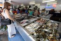 Veracruz, Ver., 1 de abril de 2015.- Vendedores de Plaza del Mar reportan venta baja de pescado y mariscos a pesar de la temporada de Semana Santa y Cuaresma.