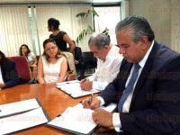 Xalapa, Ver., 17 de abril de 2015.- El Instituto Nacional Electoral y la Secretar�a de Desarrollo Social en Veracruz firmaron un convenio de colaboraci�n con la finalidad de garantizar la equidad en la contienda mediante la no utilizaci�n de los programas sociales con fines electorales