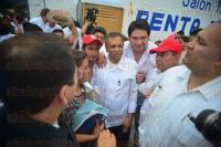 Rinconada, Emiliano Zapata., 18 de abril de 2015.- Quien caus� gran expectativa en el evento realizado en el municipio fue el exgobernador, Fidel Herrera; al terminar el encuentro se le acercaban para tomarse �selfies� con �l.