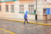 Xalapa, Ver., 18 de abril de 2015.- Con el intenso chubasco que se registr� a las 16:00 horas de este s�bado, tambi�n cay� granizo peque�o en la capital del Estado.