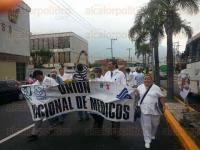 Orizaba, Ver., 18 de abril de 2015.- Tal y como estaba previsto, M�dicos del IMSS salieron a las calle para protestar por las malas condiciones en las que trabajan y en apoyo a los m�dicos que han sido acusados de negligencia. Son alrededor de 100 galenos los que marchan.