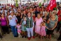 Teocelo, Ver., 18 de abril de 2015.- Noem� Guzm�n salud� y escuch� las demandas de los habitantes de Llano Grande, Tejer�a y Monte Blanco. Les hizo saber sus propuestas y les pidi� su apoyo el pr�ximo 7 de junio.