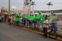 Cosamaloapan, Ver., 18 de abril de 2015.- Alrededor de una centena de manifestantes, en su mayor�a mujeres, con pancartas, piden al Gobernador que env�e a tiempo las participaciones y el pago puntual de sus primas vacacionales.