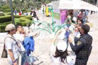 M�xico, DF., 19 de abril de 2015.- Cientos de familias en la explanada del Palacio de Bellas Artes disfrutan de la Feria del Libro y de la lectura con las diversas actividades y talleres, adem�s de algunas terminales multimedia y cuenta cuentos.