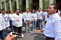 Xalapa, Ver., 19 de abril de 2015.- Para dar a conocer su asociaci�n civil Ciudadan�a Joven en Construcci�n, sus integrantes provenientes de Coatzacoalcos, Acayucan, Sayula de Alem�n, Oluta, Soconusco y Huatusco marcharon por el primer cuadro de la ciudad.