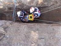 Veracruz, Ver., 20 de abril de 2015.- Gracias a la ayuda de compa�eros y vecinos de la colonia Reserva Tarimoya 2, tres hombres lograron salir con vida tras quedar atrapados por un alud de tierra. Tras asistencia de Cruz Roja, PC y Bomberos, fueron trasladados al Seguro Social, donde su estado es delicado, pero estable.